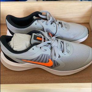NEW Nike big kids sneaker